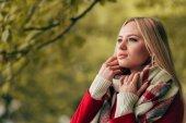 Fényképek őszi park gyönyörű nő