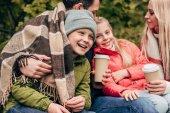 rodina s papírových kelímků v parku