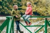 Kinder am See im Herbstpark