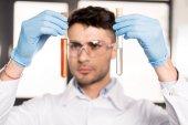 Photo scientist examining test tubes