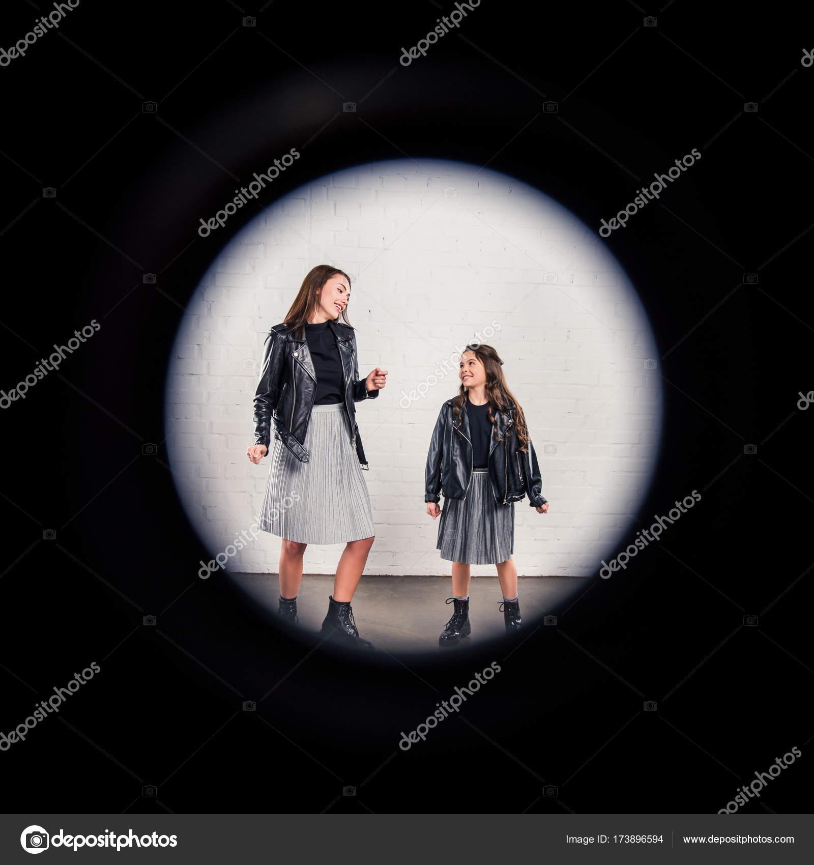 Madre e hija a través de marco redondo — Foto de stock © AlexLipa ...