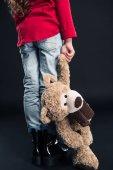 Fotografie dítě drží medvídek
