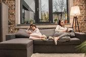 Fotografie rodina s chytrými telefony doma