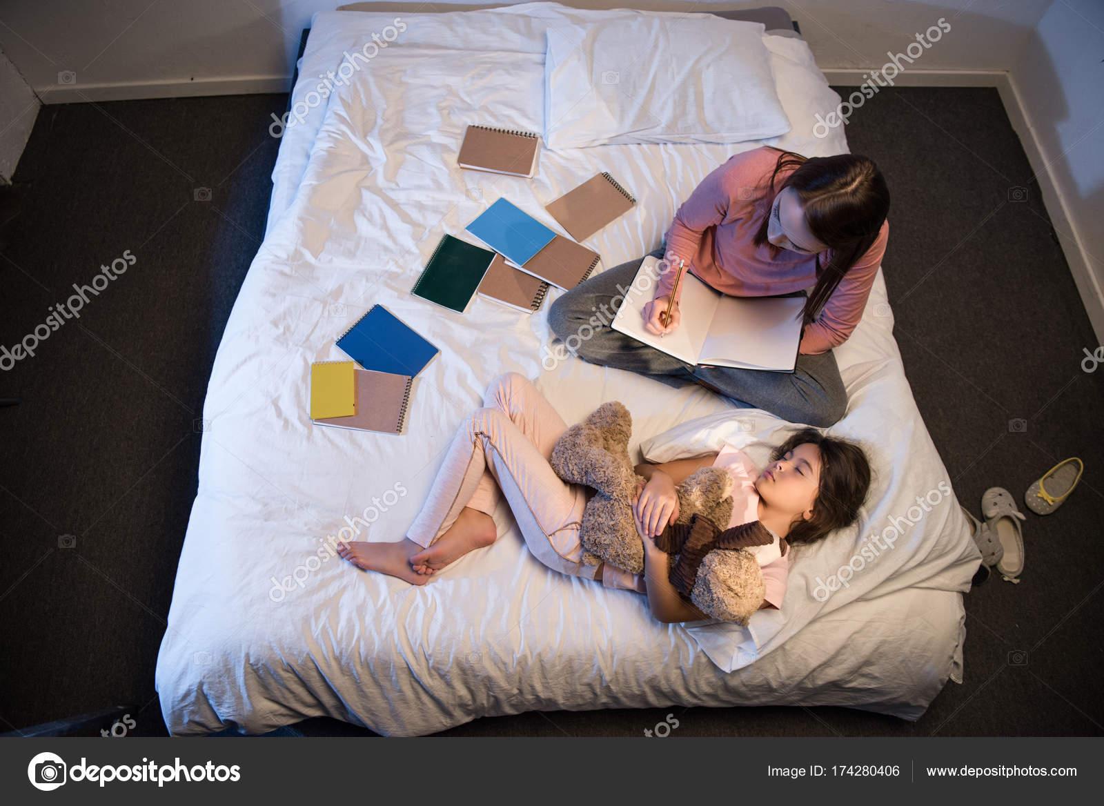 Трахает мать пока та спит русские, Сын трахнул спящую мать Cмотреть бесплатно порно 24 фотография