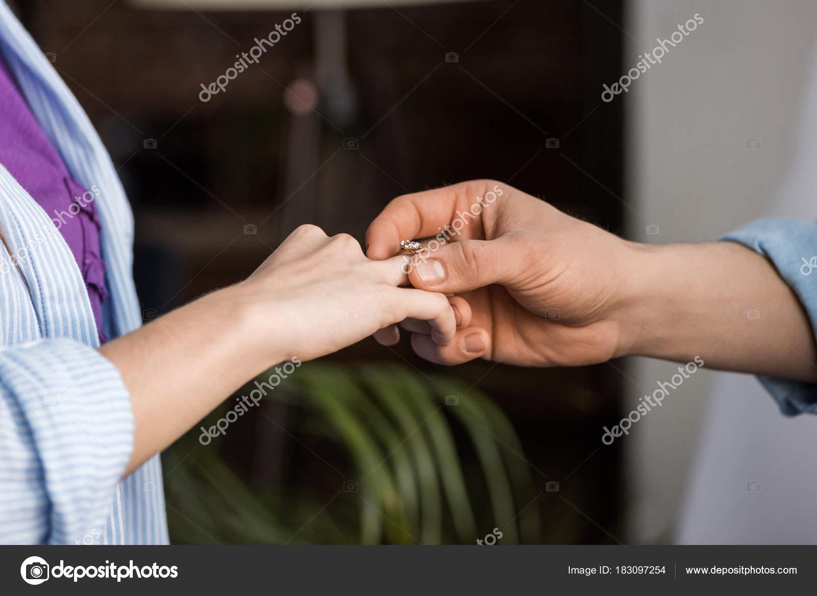 Zugeschnittenes Bild Des Vorschlagenden Freundin Freund Und Tragen