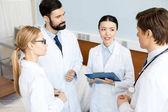 Fotografie doctors team discussing diagnosis