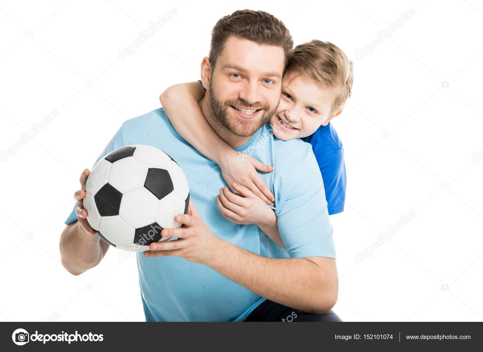Padre E Hijo Posando Con El Balón De Fútbol
