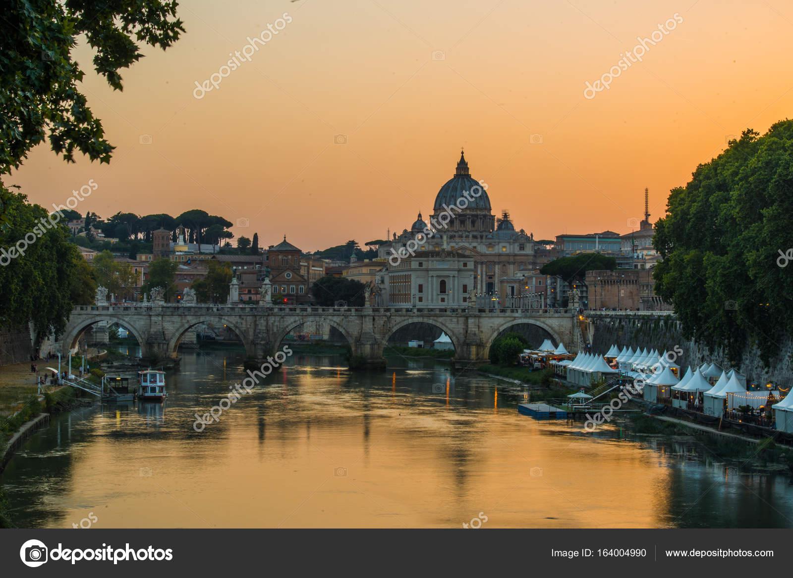 0b7c69322a Immagine del fiume Tevere, tra cui: Basilica di San Pietro e Ponte Sant  Angelo in background. Roma - Italia.– immagine stock