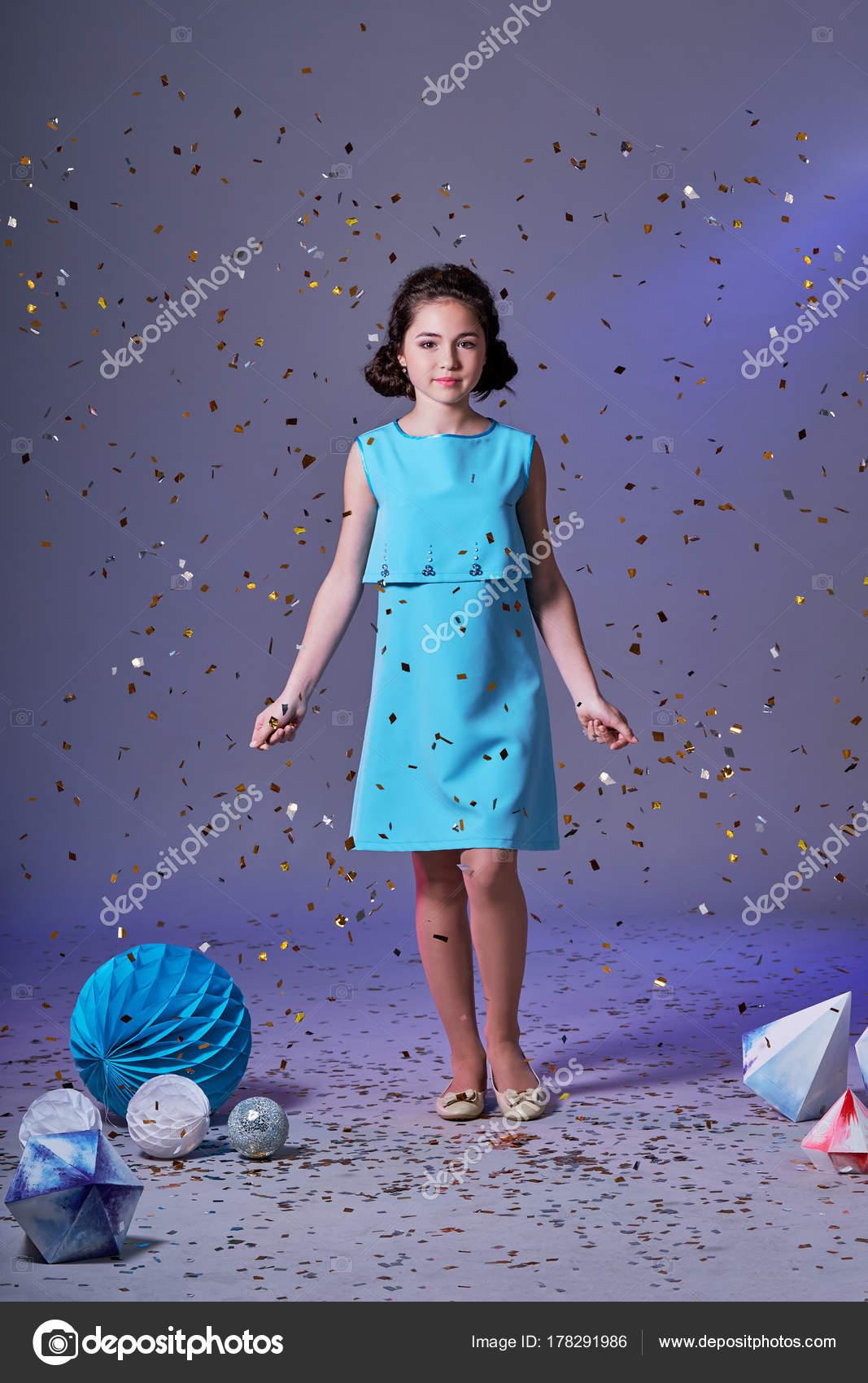 Niña linda en vestido azul modelo bonito disfrutar de vacaciones y ...