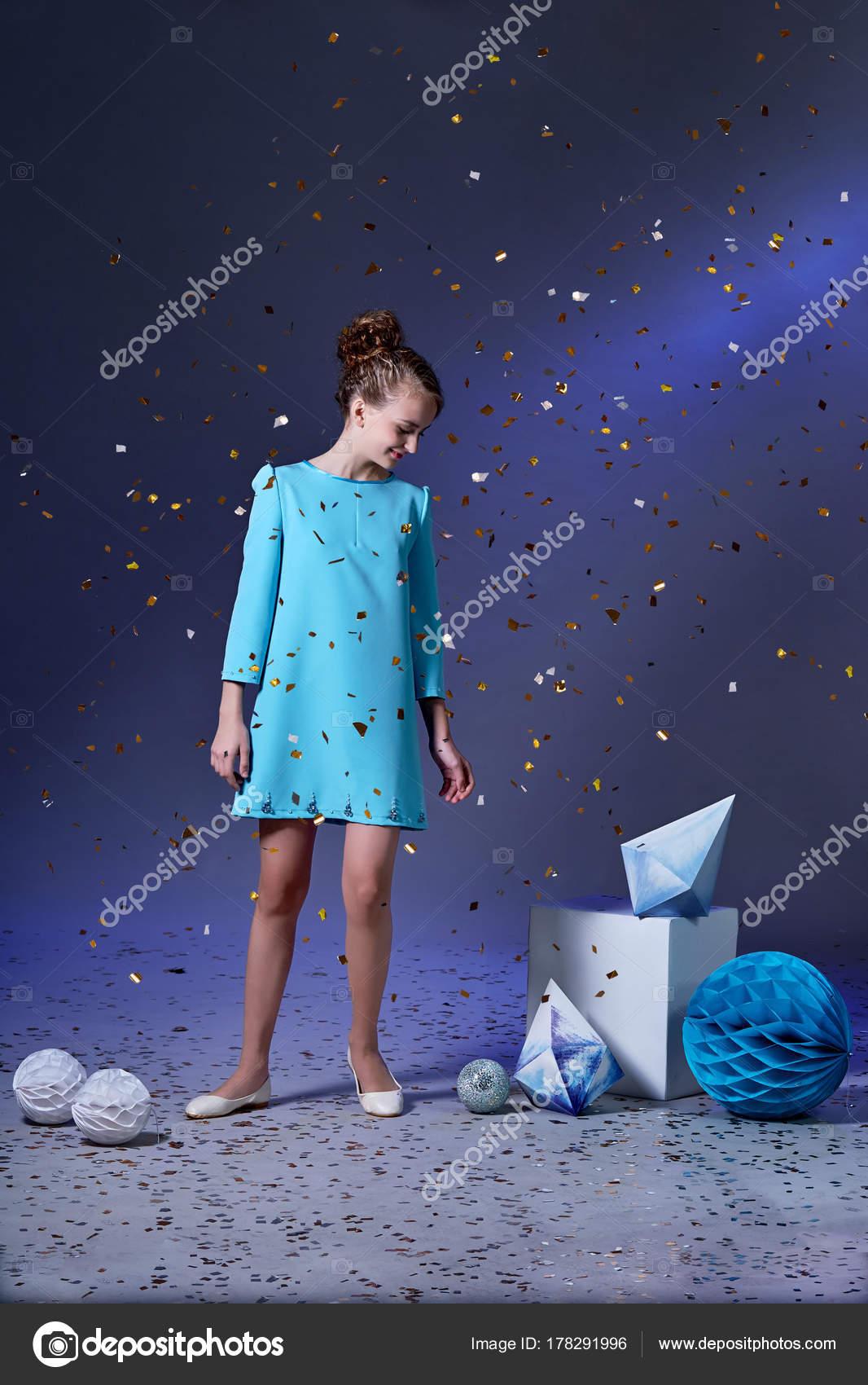 Hübsches Mädchen in einem eleganten blauen Kleid für Mädchen im ...