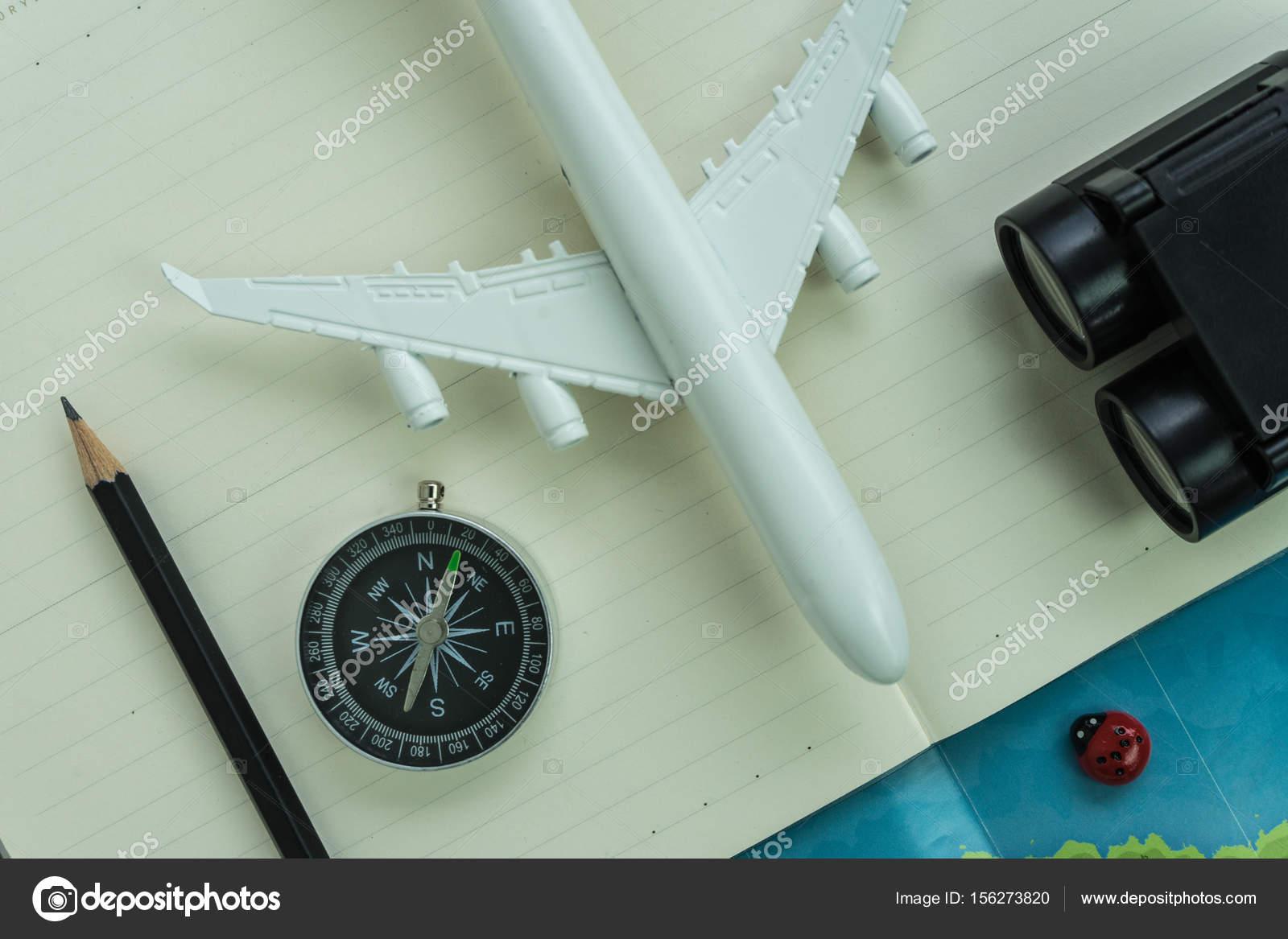 Reisekonzept mit kompass fernglas bleistift spielzeug flugzeug p