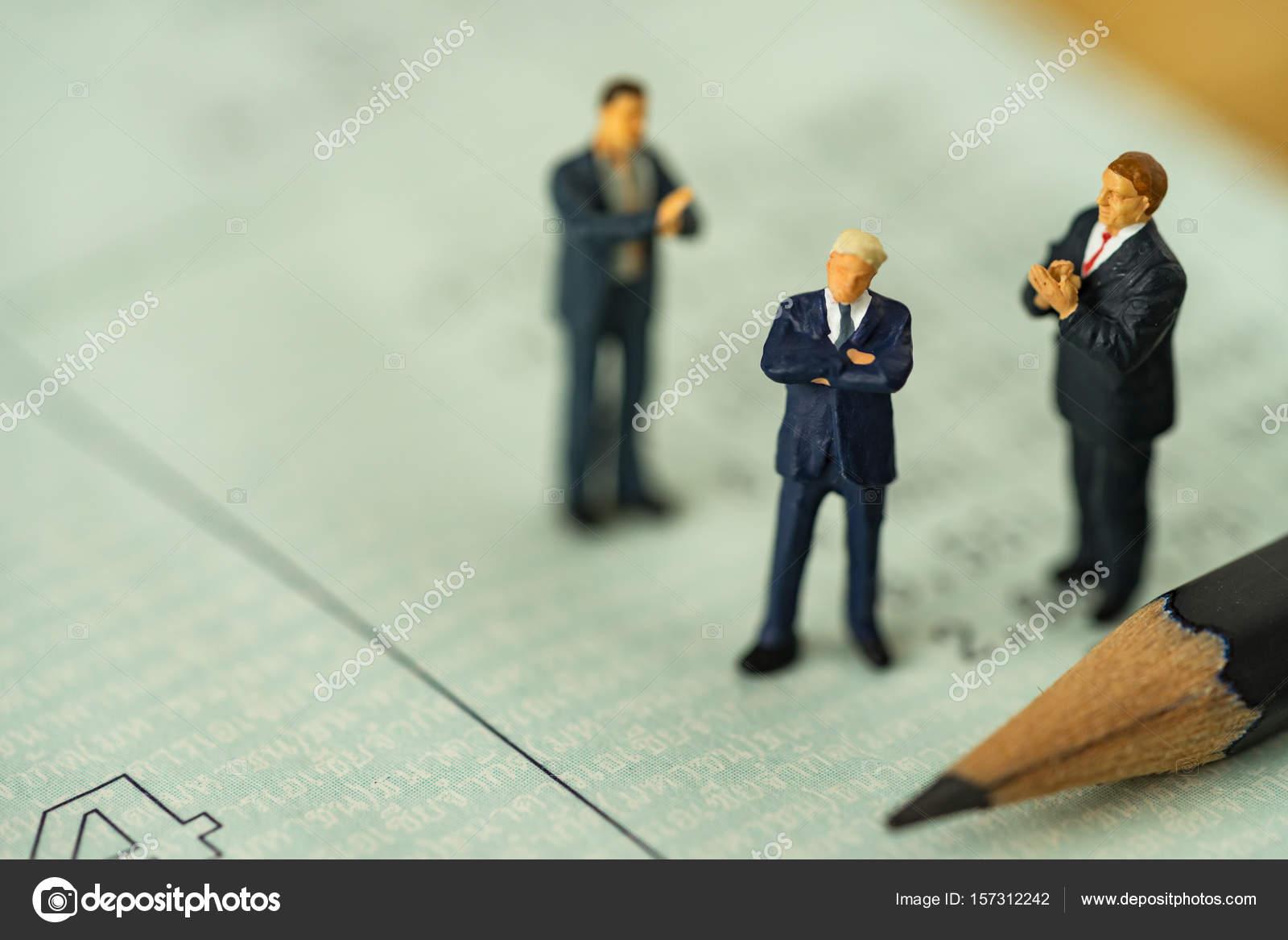 Gens de miniature petites figure homme d affaires se tenant debout sur le  livre de comptes de banque et autres applaudissements comme concept  d affaires ... 85d372ead304