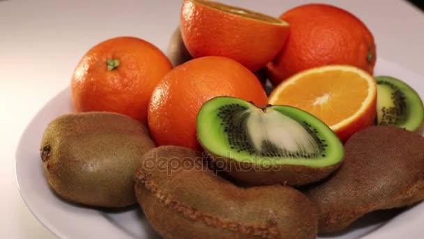 pomeranče a kiwi ovoce