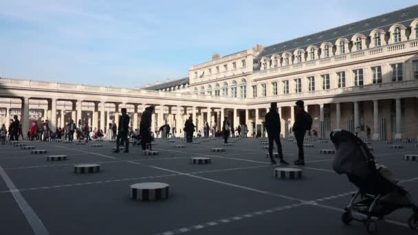 Colonnes de Buren v palais royal v Paříži dne 12. března 2017