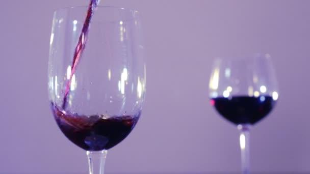 Nalil víno ve sklenici
