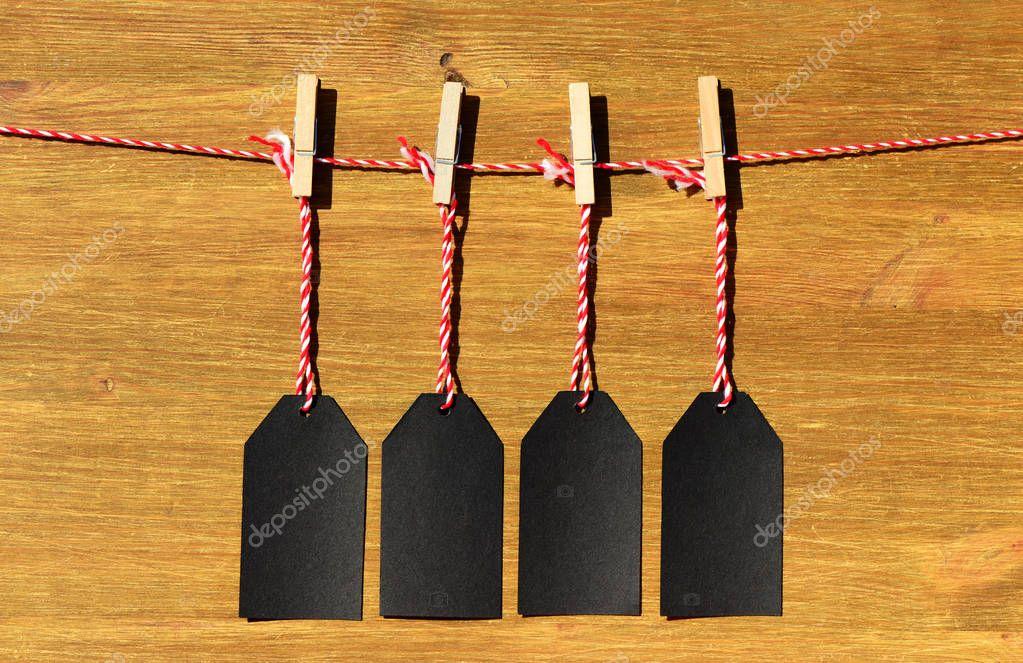 4a137898131c Κενό μαύρο τιμή ετικέτες στο φόντο των ξύλινες σανίδες — Φωτογραφία ...