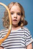Holčička s tenis zařízení