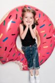 Fotografie kleines Mädchen lächelnd liegend auf tube