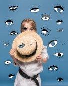 Dívka s slaměný klobouk a očima