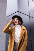Fotografie modische nachdenkliche Frau mit Hut