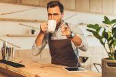 Barista iszik kávét