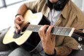 Fotografie hraní na kytaru