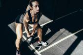 Photo sportswoman lifting up kettlebell