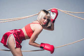 Photo beautiful woman in sportswear and boxing gloves