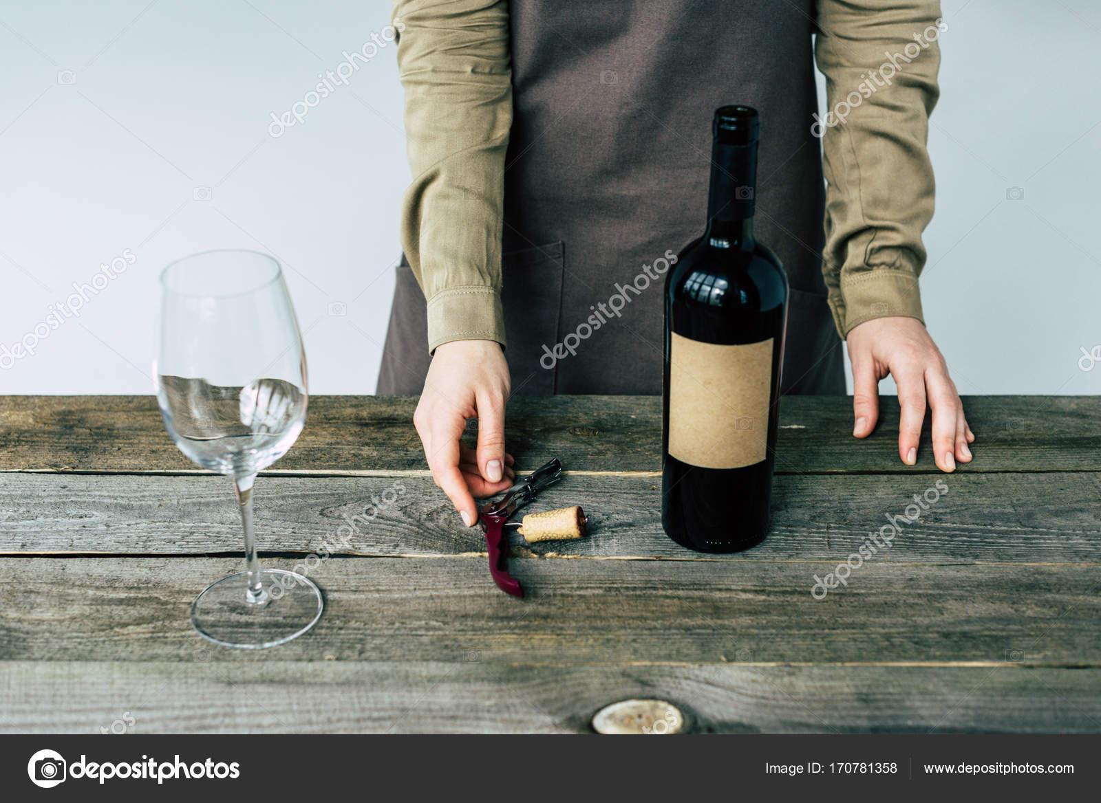debout sommelier ouvre bouteille de vin photographie y boychenko 170781358. Black Bedroom Furniture Sets. Home Design Ideas