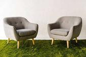 Sessel auf grünem Teppich