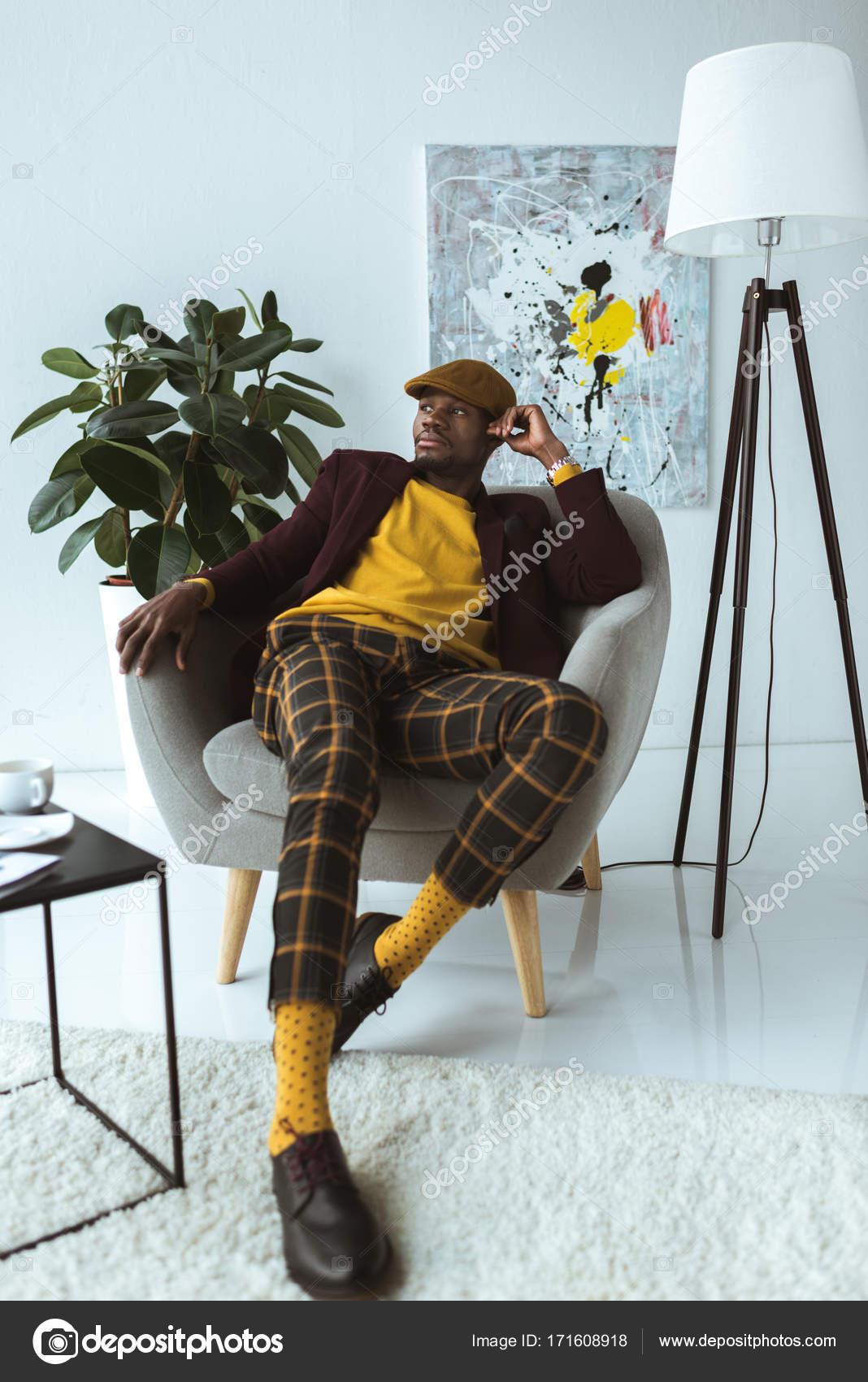 modische Mann sitzt im Sessel — Stockfoto © Y-Boychenko #171608918