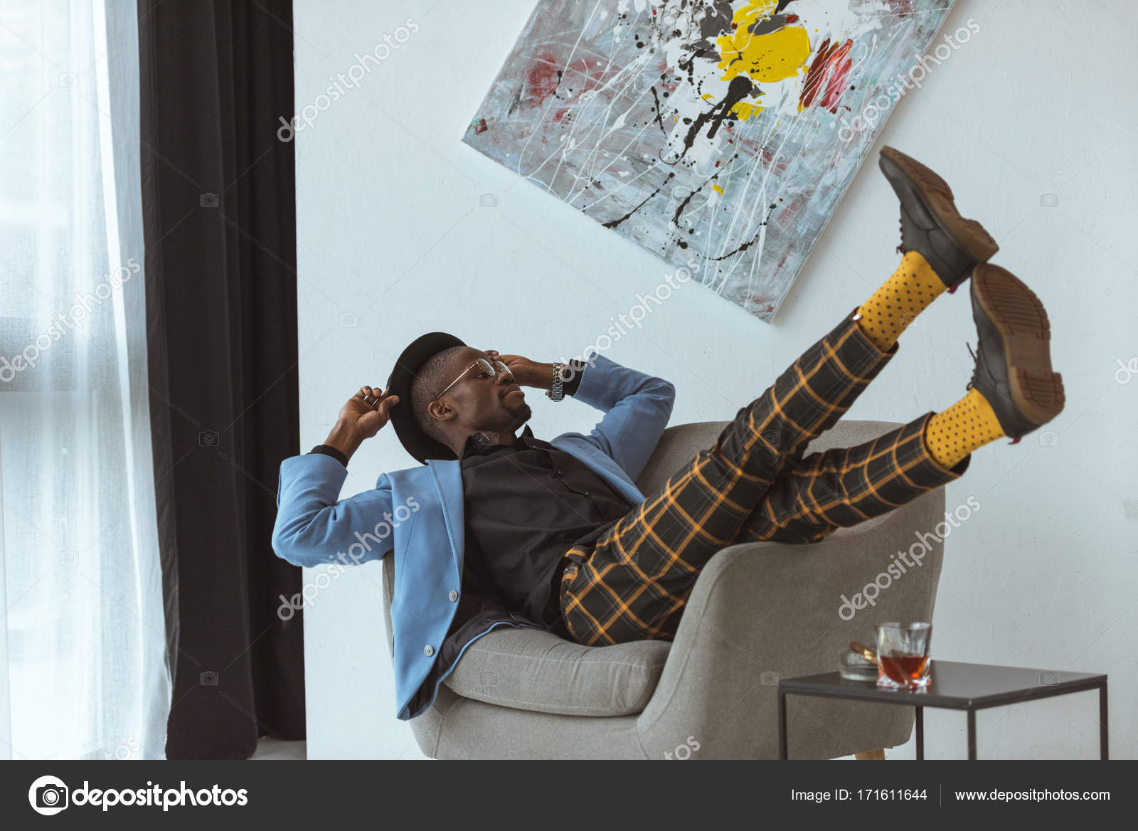 Homme élégant au bureau avec la peinture sur mur u2014 photographie y