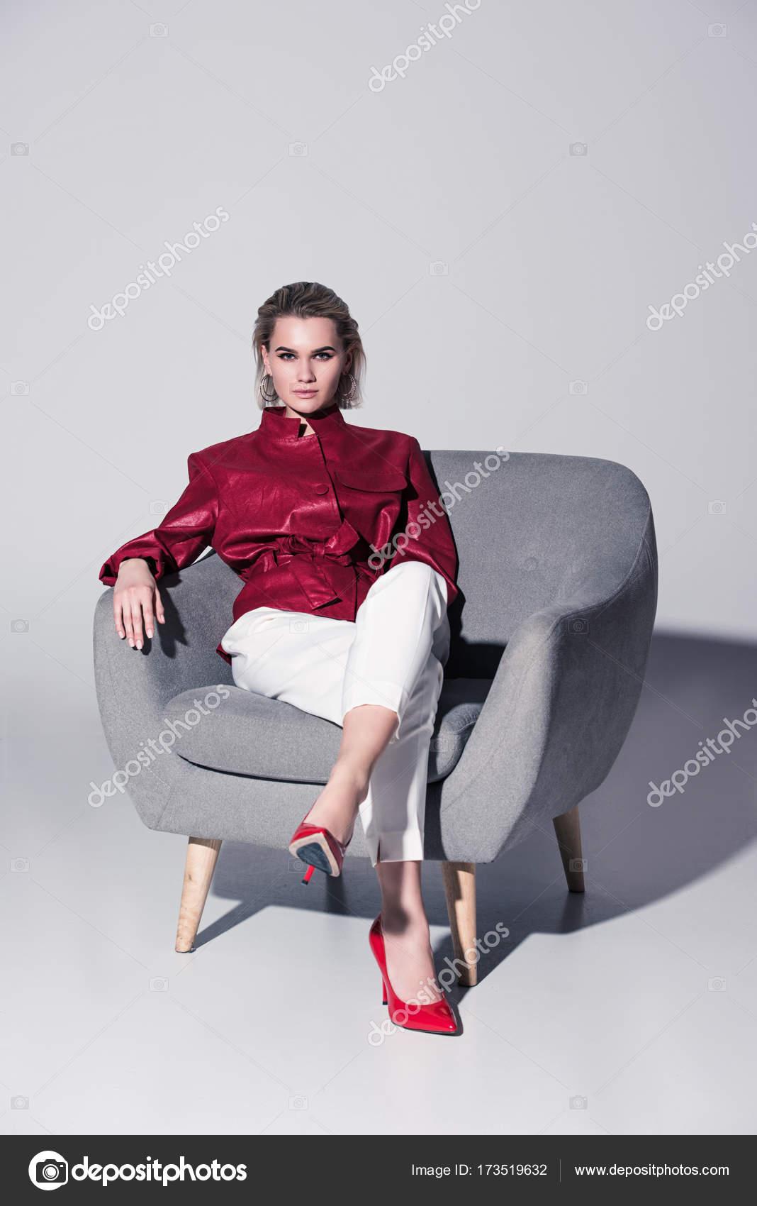 modische Mädchen im Sessel — Stockfoto © Y-Boychenko #173519632