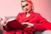 elegantní dívka čtení kniha