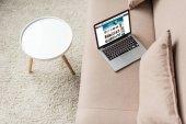 pohled z vysokého úhlu notebook stojí na příjemném pohovce s amazon web na obrazovce