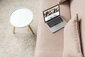 pohled z vysoké úhlu notebook stojí na příjemném pohovce s webové stránky shutterstock na obrazovce