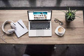 pohled shora notebook stojí u moderní pracoviště s amazon webové stránky na obrazovce