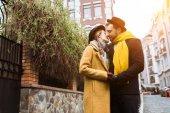 krásná mladá dvojice objímání a líbání v ulici