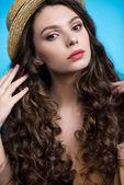 érzéki fiatal nő, hosszú göndör hajú, canotier kalapot látszó-on fényképezőgép makró portréja