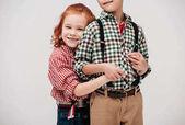 Oříznout záběr roztomilé malé děti objímat izolované na šedá
