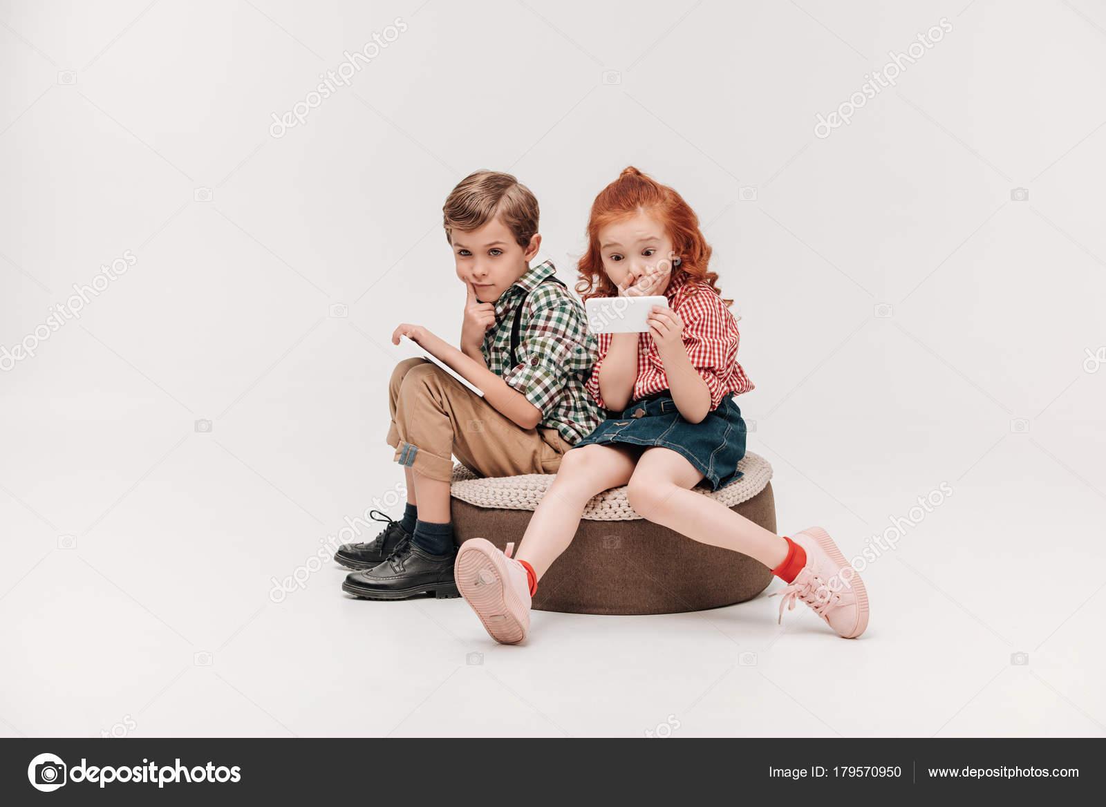 Bellissimi Bambini Piccoli Utilizzando Dispositivi Digitali Isolate