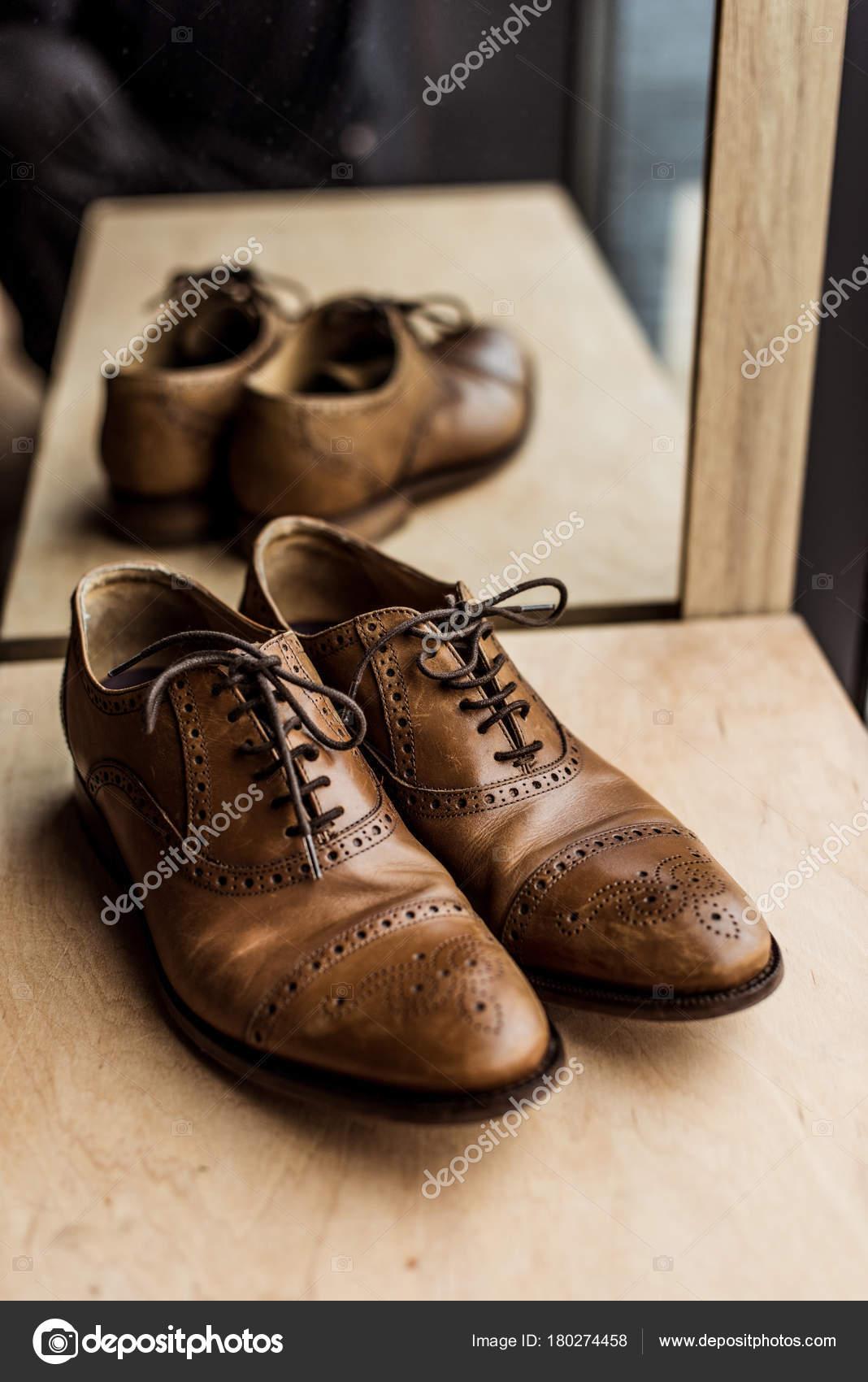 Сучасні Коричневий Чоловічого Взуття Вітрина Магазин — Стокове фото ... c3ef99ae9ea94