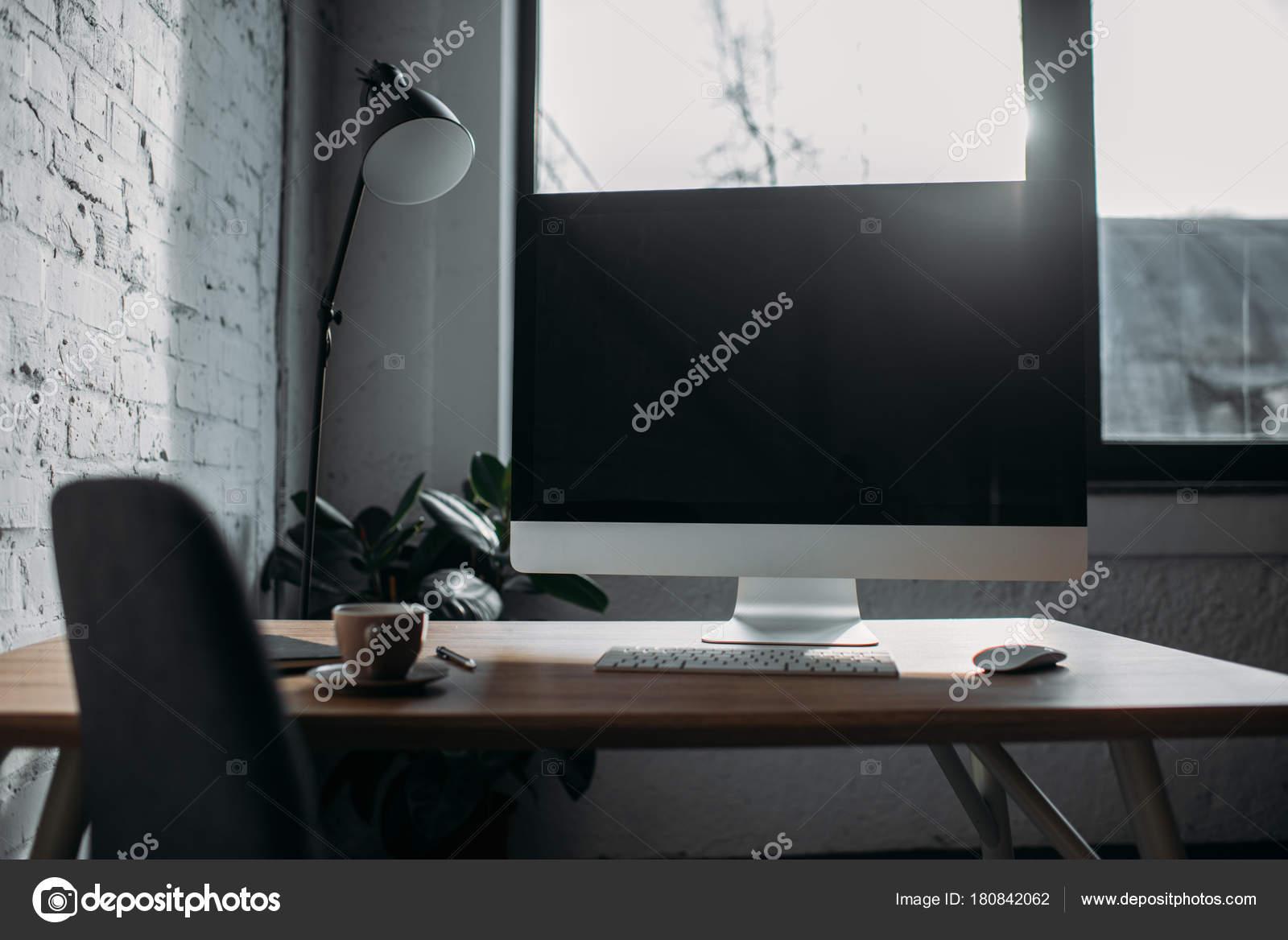 Ufficio Y : Computer lampada tavolo tazza ufficio u foto stock y boychenko
