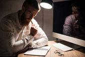 este a notebook hivatalban dolgozó átgondolt üzletember