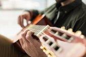 Oříznout obrázek hudebník, hrál na akustickou kytaru