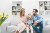 Fotografie šťastná rodina, odpočívá na pohovce v obývacím pokoji
