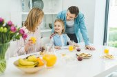 Photo happy family having breakfast together at home