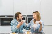 portrét páru s šálků kávy v kuchyni doma