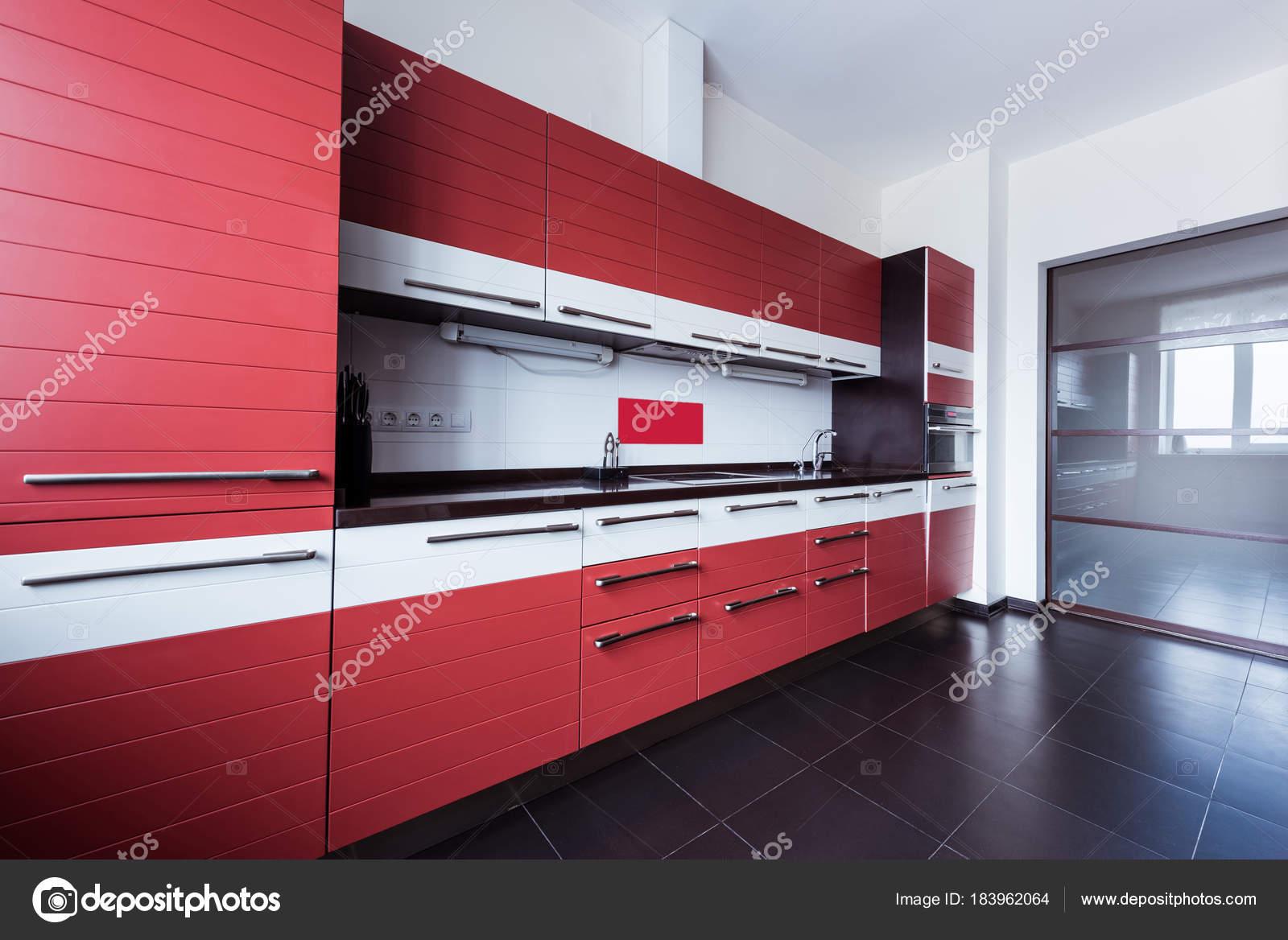 Weergave van lege moderne keuken rode kleur u stockfoto y