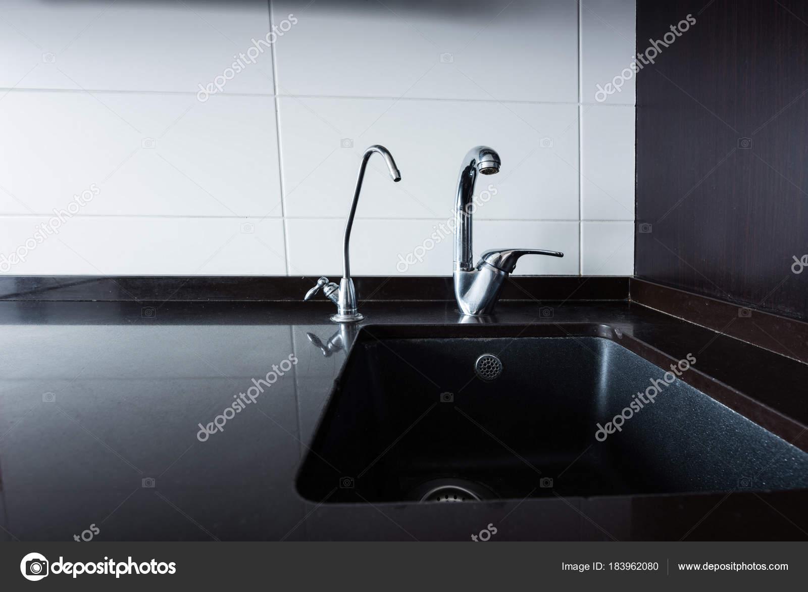 Nahaufnahme Der Waschbecken Und Armaturen Küche — Stockfoto © Y ...